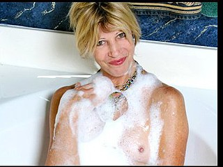 Wild cougar Rosetta gets off from the bath water splashing her twat