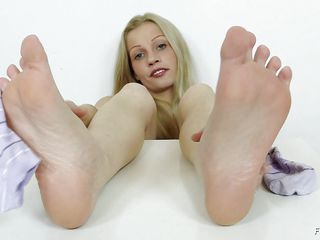 she wants to play with her feet